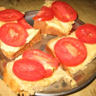 Bread quarters with hummous and sliced tomato