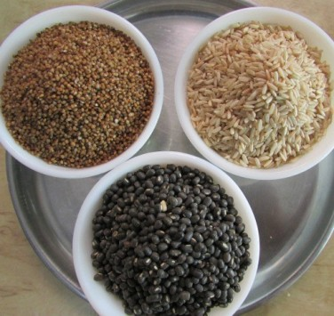 Take equal parts of kodo millet, rice and urad dal (black gram).